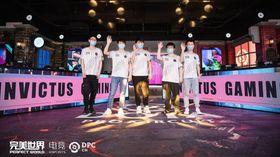 Dota 2 players of Invictus Gaming raising their hands