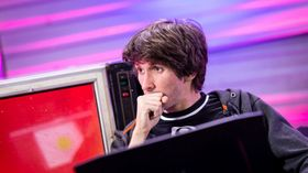 Dendi of B8 staying at the computer and looking left