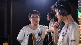 Oli of Invictus Gaming discussing with coach Super
